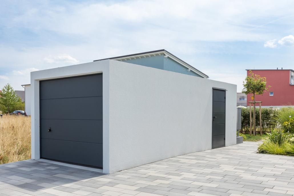 Garage préfabriqué avec portillon