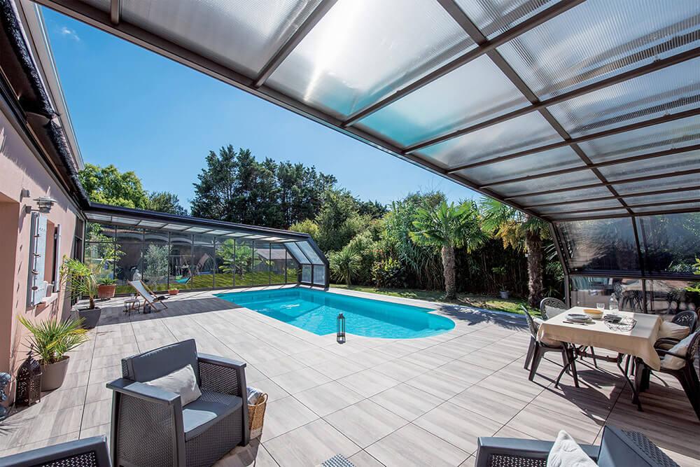 Abri de piscine angulaire vue terrasse